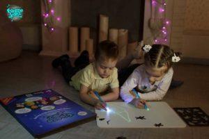 Мальчик и девочка набор рисуй светом А3